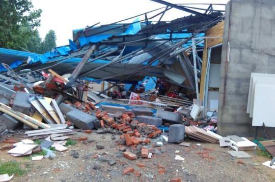 一家建材堆栈被微风刮塌,一切建材被埋在废墟下。