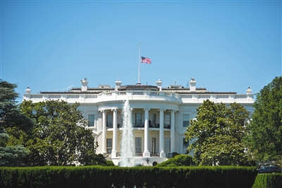美国当地时间6月12日,美国首都华盛顿,白宫降半旗向奥兰多夜总会枪击案死难者志哀。新华社记者 鲍丹丹 摄