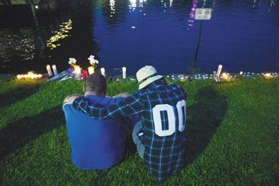 12日,美国佛罗里达州奥兰多市,人们为枪击案遇难者哀悼。 新华社记者 殷博古 摄