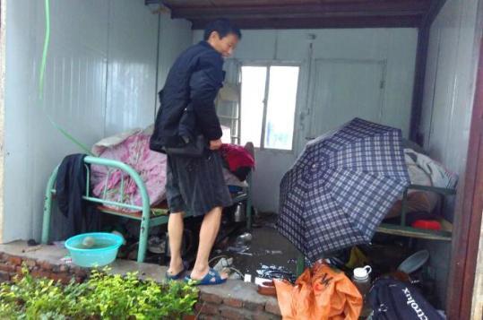 一个修建工地的工人宿舍被微风捣毁,宿舍流动板房的墙面被风刮飞。
