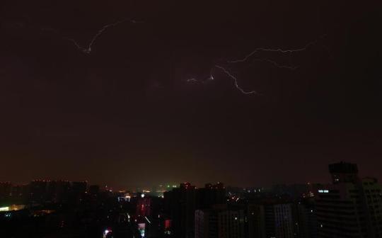河南郑州昨天清晨遭逢雷电暴雨攻击