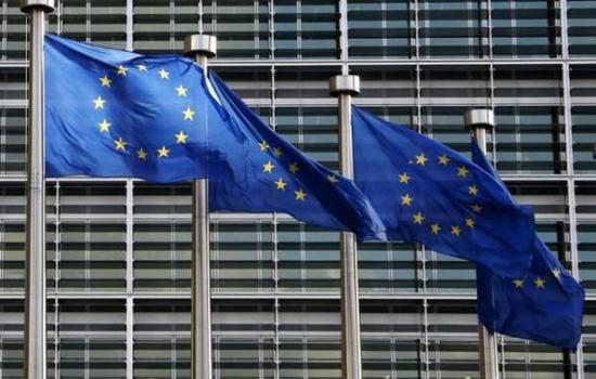 图为欧盟总部前的欧盟标识旗。(图片来源:路透社)