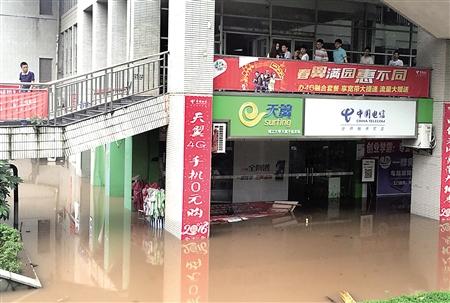 重庆理工年夜学,黉舍食堂一楼跟多少家市肆被淹。记者 李化 摄