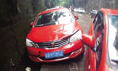 重庆暴雨将十余辆车冲走移位 车内进水无法点火