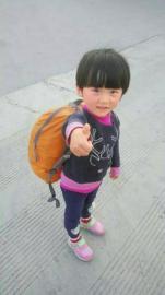 中国最小背包客——四岁女孩雯雯。