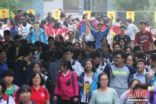 资料图:6月9日下午,大批考生从南京一处高考考点内轻松走出。当日,随着江苏等地2016普通高校招生全国统一考试的结束,中国高考落下帷幕。中新社记者 泱波 摄