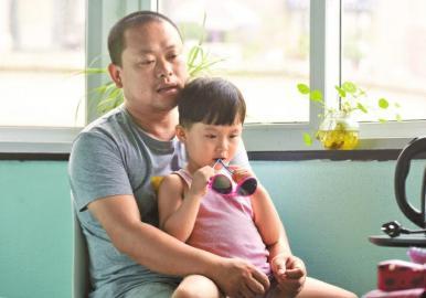 青年旅舍里,雯雯和父亲在一起。
