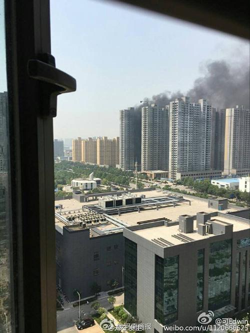 郑州高新区某楼盘发生火灾 现场浓烟滚滚(图)