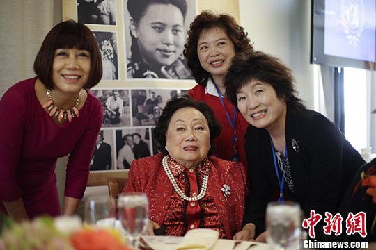 中国驻纽约总领事章启月(右一)缺席陈喷鼻梅密斯91岁诞辰图片展。 中新社记者 廖攀 摄