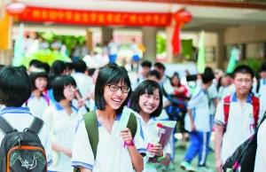 昨日,在广州市七中考点,一名考生面带笑容轻松走出考场。