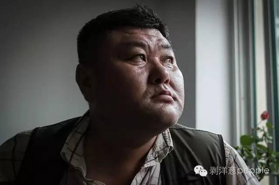 2016年6月18日,李刚母亲家中,说原由于本人的事件,形成母亲和孩儿如今为难的生计困境,李刚的眼睛红了。