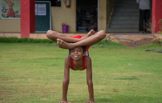 过去8年间,詹古姆努力磨练自己的柔术和瑜伽技能。(网页截图)