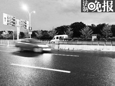 武汉梨园通道南出口,被肇事车辆撞坏的铝合金伸缩铁栅栏早已被更换成固定栅栏