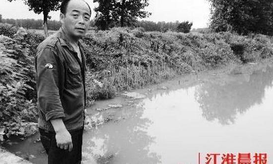 老人儿子在发现父亲的河边不愿离去。