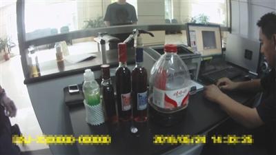 警方起获的饮料瓶(左边榜首个饮料瓶),所装的可疑红色液体经审定富含冰毒。海淀警方供图