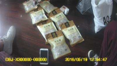 警方起获7袋无花果食物袋,内装可疑黄色晶体经审定富含冰毒。海淀警方供图