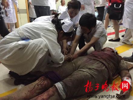 医生护士正在抢救伤员