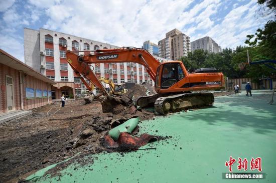 资料图:6月17日,北京市西城区教委对实验二小白云路分校操场进行全场拆除。中新网记者 金硕 摄