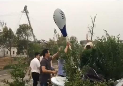 实拍江苏龙卷风 高压电塔被吹倒一片狼藉