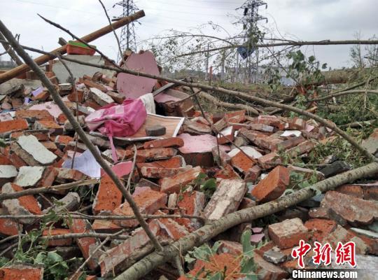 记者在计桥儿童园现场看到,该园除了3层高楼未崩塌,其他的几间平房和围墙都已成废墟。 顾名筛