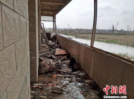 记者在计桥儿童园现场看到,该园除了3层高楼未崩塌,其他的几间平房和围墙都已成废墟。 顾名筛 摄