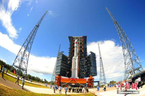 6月22日,承载着长征七号运载火箭与搭载载荷组合体的活动发射平台,从海南文昌航天发射场的垂直总装测试厂房驶出,平稳行驶约3小时后,安全转运至发射塔架。图为长征七号火箭到达发射阵地。中新社发 孙浩 摄