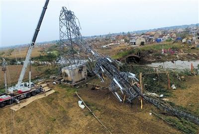 昨日,阜宁县计桥村,信号塔被龙卷风刮断。