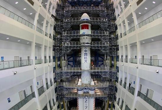 延时展现长征七号运载火箭总装过程