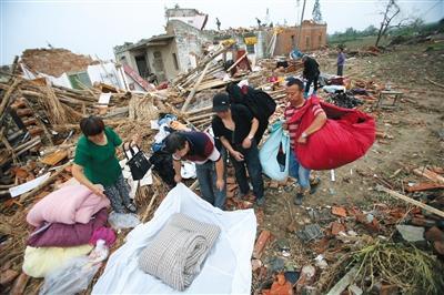 昨日,阜宁县计桥村,村民准备前往亲戚家借住。