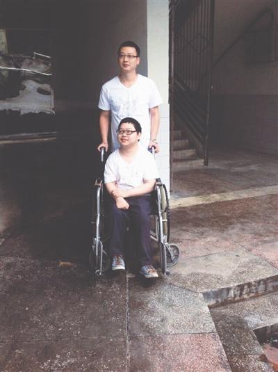 坐在轮椅上的邱民和他的教师 (受访者供图)