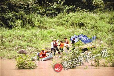 消防官兵驾驶橡皮艇抵达河滩营救被困人员