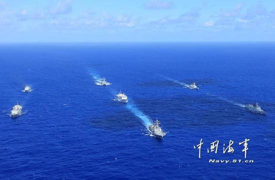 """中国海军网讯(特约记者李唐)当地时间6月25日上午,参加""""环太平洋-2016""""演习的中美海军7艘军舰,在向夏威夷航渡期间组织了编队运动训练。"""