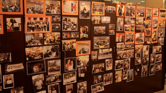 挂满支持者照片的长廊。