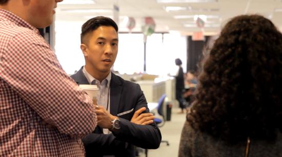 希拉里竞选团队的亚太裔推广总监、27岁的杰森·邓科。唐家婕摄