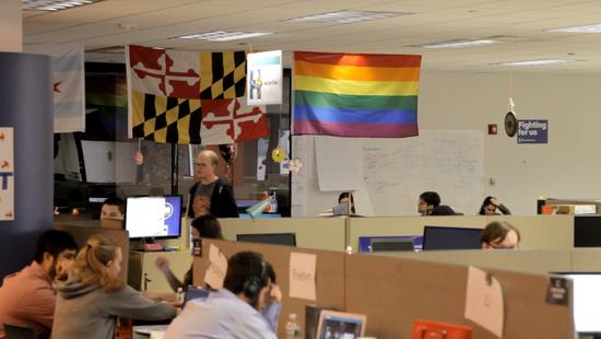 办公区挂着彩虹旗。唐家婕摄