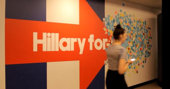 """希拉里竞选总部11楼入口处的""""H""""墙,一旁让支持者用便利贴留言。"""