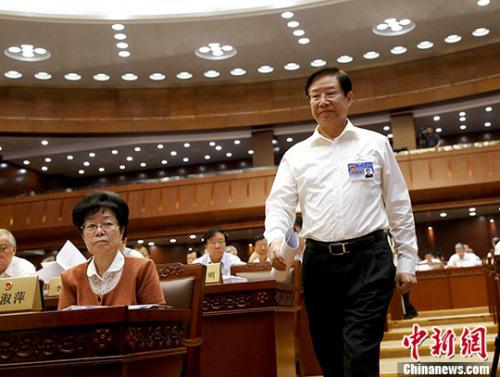 6月27日,十二届天下人大常委会第二十一次集会在北京揭幕,集会听取了天下人大法令委员会副主任委员张海阳作的配资公司 收集平安法草案批改状况的报告请示。 中新社记者 杜洋 摄