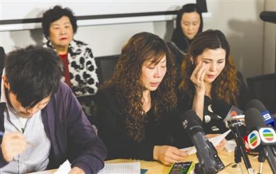 5月5日,冷孟梅的母亲张梅(前排中)在澳大利亚的媒体见面会上发言,希望当地法院作出公正判决 新华社发