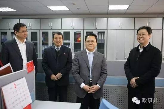 高选民(左三)