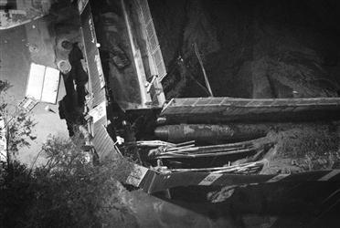 昨日傍晚,在沈阳兴华南街与南七东路路口附近,一处地铁工地地面塌陷,工作人员站在围栏内勘察现场。辽沈晚报、聊沈客户端首席记者 吴章杰 摄