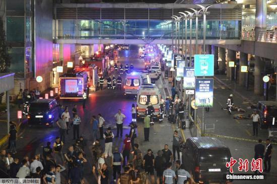 本地时刻6月28日晚,土耳其伊斯坦布尔阿塔图尔克世界机场的国际航站楼发作两起爆破事件。