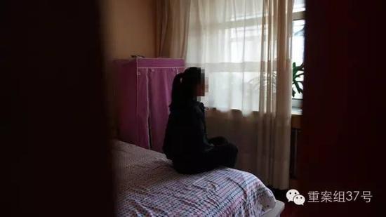 月27日下午,一名名被性侵女生坐在家中。    新京报记者 曹晓波 摄