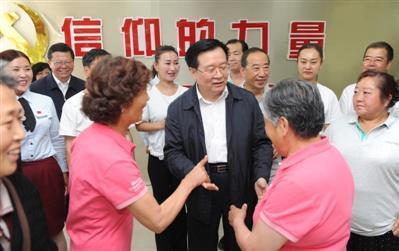 6月30日,新任青海省委书记王国生首先到到西宁市城中区南川西路福禄巷社区调研并看望党员和群众。青海日报发