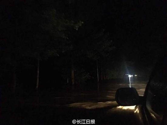 武汉新洲记者现在所在走现106国道,水已过腰。