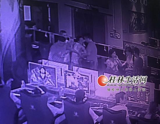 曾某、小芳在网吧一起被办案民警操控住。