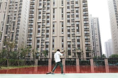 新京报记者回访天津滨海新区爆炸事变受损小区,海港城小区旁边的天津试验小学正在粉刷操场。