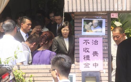 """台湾地区领导人蔡英文赴死亡船长家中吊唁(图片来源:""""中央社"""")"""
