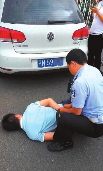 高尔夫倒挂车牌,司机拒绝下车被交警控制。
