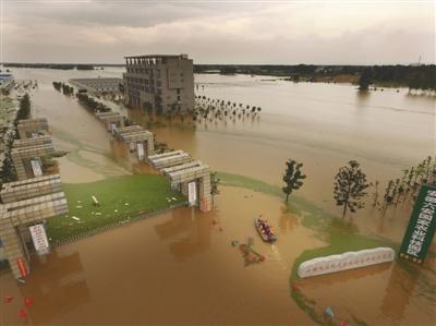 7月3日,安徽舒城县桃溪镇一家农业公司一片浩瀚。自6月30日开端,本地普降大到暴雨,丰乐河水位暴跌。新华社发
