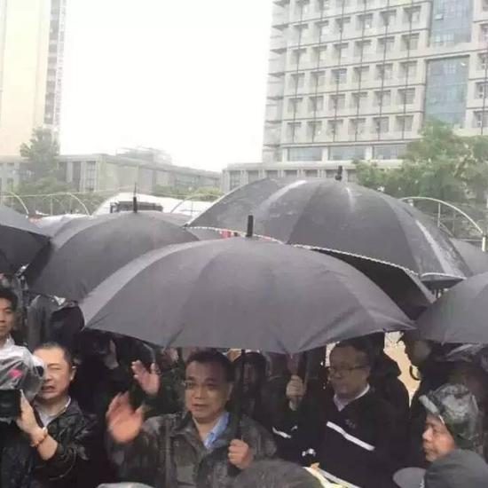 李克强总理是从湖南岳阳乘高铁急赴湖北武汉,一路上大雨如注。总理一下车,